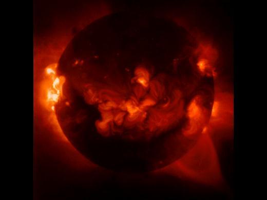 太 阳 色 球 及 其 活 动   光球的上界同色球相接,在日全食时能看到。色球层厚约8000千米。太阳具有反常增温现象,从光球顶部到色球顶部再到日冕区,温度不断陡升。色球层有出现在日轮边缘的针状物,它们不断产生与消失,寿命一般只有10分钟。色球上经常出现一些暗的飘带,我们称它为暗条 。当它转到日面边缘时,有时象一只耳朵,有时好象腾起的火焰,人们俗称它为日珥。日珥的形态千变万化,可分为宁静日珥、活动日珥和爆发日珥。