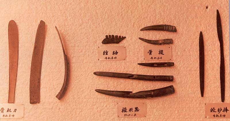 浙江河姆渡文化遗址出土的纺织机具