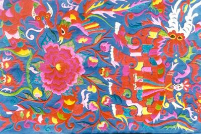 装饰效果强烈;散绣上衣花纹十分精致漂亮;堆绣上衣各色三角绫子堆绣