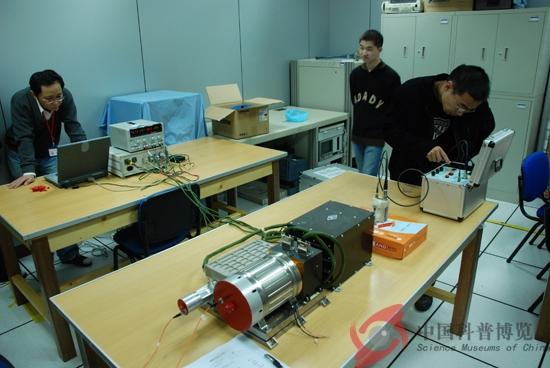 激光高度计工作原理是从卫星上发射一束大功率的窄